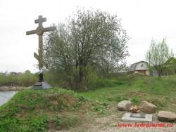 Крест и табличка, посвященная памяти Ф.Н.Глинки