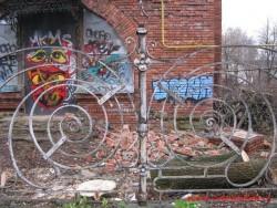 Красивая ограда пока еще сохраняется.  Фото Ноябрь 2012 г.