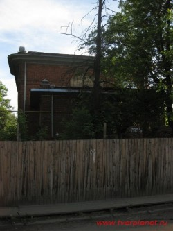 Училище имени А. Карпова, главный вход пока цел. Фото 2010 г.