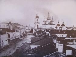 Первоначальный вид здания Гостиного Двора (дом слева). Фото 1880-х годов из коллекции ТГОМ
