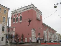 Здание театра, построенное на месте Гостиного двора в 1951 году. Фото 2011 года.