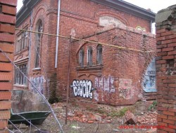 Общий вид разрушаемой пристройки главного входа.  Фото Ноябрь 2012 г.