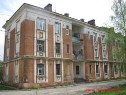 Один из домов ФУБРа, на постройку этих домов  шел белый камень из Желтикова монастыря. Фото  2011г.