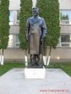 Памятник Калинину М.И. у дворца творчества детей и молодежи
