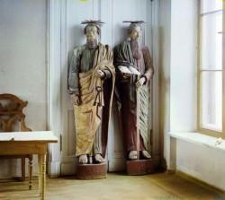 Деревянные скульптуры Петра и Павла. Фото - 1910 год